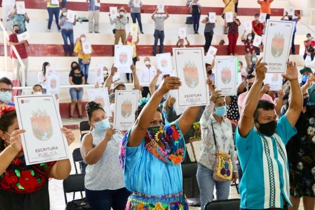 Luego de 20 años de espera, 135 familias reciben escrituras públicas en Arriaga